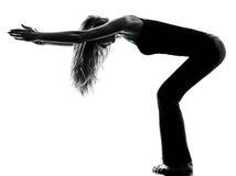 Frauentänzer, der Übungsschattenbild aufwärmend ausdehnt Stockfoto