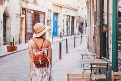 Frauentourist auf der Straße, Sommerreisekonzept lizenzfreies stockfoto