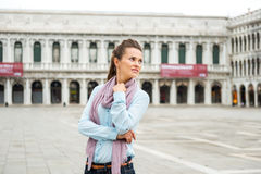 Frauentourist auf leerem St. markiert das quadratische Schauen über Schulter Lizenzfreies Stockbild