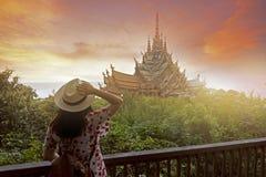Frauentourist besichtigt innerhalb des Schongebiets der Wahrheit in Pattaya lizenzfreie stockbilder