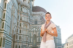 Frauentourist, der nahen Duomo steht und Abstand untersucht Stockfotografie