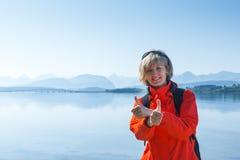 Frauentourist, der sich Daumen zeigt Lizenzfreie Stockfotografie