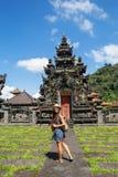 Frauentourist in einem Tempel auf der Insel von Bali lizenzfreie stockfotografie