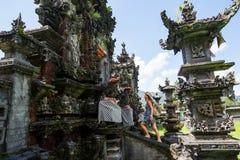 Frauentourist in einem Tempel auf der Insel von Bali lizenzfreies stockbild