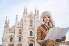 Frauentourist mit der Karte, die beiseite in der Front von Duomo schaut Lizenzfreie Stockbilder
