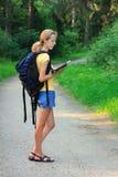 Frauentourist mit Karte in der Hand Lizenzfreie Stockfotografie