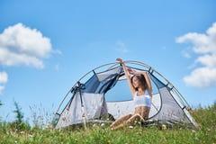 Frauentourist in morgens kampieren stockbilder