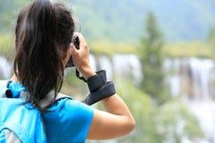 Frauentourist/-photograph, der Foto mit Digitalkamera im jiuzhaigou macht stockfoto