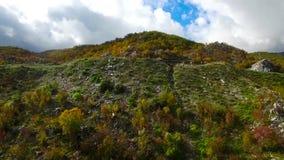 Frauentourist steht an der Spitze eines Berges gesamtlänge Frau steht auf dem Abgrund eines Berges und des Schauenha stock footage