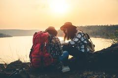 Frauentouristen inmitten der ruhigen Natur, Reisen von den Touristen, zum der Schönheit der Natur nur zu finden stockbild