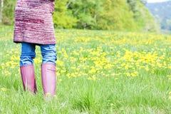 Frauentragende Gummistiefel Stockfoto