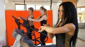 Frauentrainer in der Turnhalle Impuls auf smartwatch überprüfend und auf die Tretmühle unter Verwendung einer Eignungs-APP gehend stock video footage