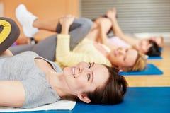 Frauentraining in pilates Klasse Lizenzfreies Stockbild