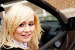 Frauentreiber, der ihr Auto aufhebt Stockfoto