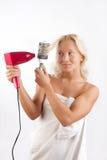Frauentrockner ihr blondes Haar Lizenzfreie Stockbilder