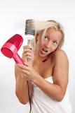 Frauentrockner ihr Haar und talkig durch Telefon Stockfotos