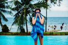 Frauentrockner selbst mit Tuch durch Swimmingpool Lizenzfreie Stockfotos