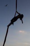 Frauenturner in der Luft auf einer Hängematte Stockbild