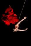 Frauenturner im roten Kleid auf Seil Lizenzfreie Stockfotos