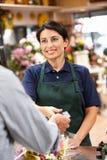 Frauenumhüllungabnehmer im Blumenhändler lizenzfreies stockfoto
