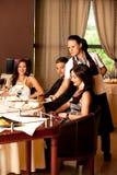 Frauenumhüllungnahrungsmittelgaststättetabelle Stockfoto