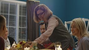 Frauenumhüllungs-Feiertagstruthahn für Familie stock footage