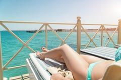 Frauenunterkörper, der in Form mit sunblock Creme für Hautkrebs-Sonnenbrandsorgfaltkonzept liegt Lizenzfreies Stockbild