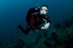 Frauenunterwasseratemgerättaucherschwimmen im freien blauen Wasser Stockfotografie