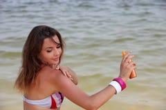 Frauenverbreitung Suntanlotion Lizenzfreie Stockbilder