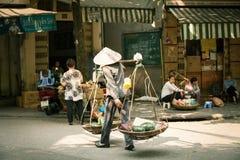 Frauenverkäufer auf der Straße von Hanoi Lizenzfreie Stockfotografie