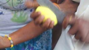 Frauenverkäufer, der Mangos mit Messer für den Verkauf auf ihrem Stand in Kandy, Sri Lanka schneidet stock footage