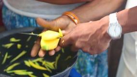 Frauenverkäufer, der Mangos mit Messer für den Verkauf auf ihrem Stand in Kandy, Sri Lanka schneidet stock video