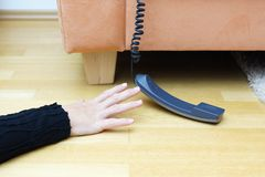 Frauenversuch, zum des Telefons zu erreichen lizenzfreie stockfotos
