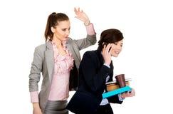 Frauenversuch, zum von Aufmerksamkeit von ihrem beschäftigten Partner zu erhalten lizenzfreie stockfotos