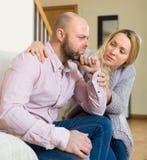 Frauenversuche versöhnen mit Mann Lizenzfreies Stockfoto