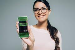 Frauenvertretung Smartphone mit Anmeldung App lizenzfreie stockfotografie