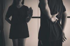 Frauenvertretungs-Handhalt zum Lügnermann mit den Handkreuzungsfingern hinter der erzählenden und betrügenden Rückseite, Konzept  lizenzfreie stockfotografie