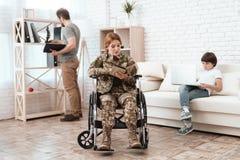 Frauenveteran im Rollstuhl zurückgebracht von der Armee Eine Frau in einem Rollstuhl ein Buch lesend Lizenzfreie Stockfotografie