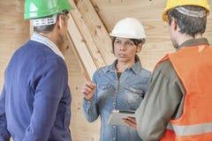 Frauenvorarbeiter, der Laien anweist Lizenzfreie Stockfotos