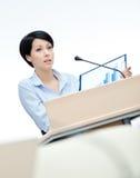 Frauenvorführer am Vorstand stockbild