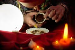 Frauenwahrsager, der in der leeren Kaffeetasse schaut stockbilder