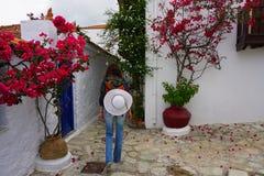 Frauenwanderer in alter Stadt Skopelos stockfoto