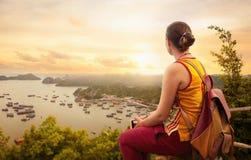 Frauenwanderer auf die Oberseite sonnige Küstenansicht genießend stockbild