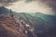 Frauenwanderer auf einem Berg Stockbild