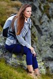 Frauenwanderer, der auf einem Felsen stillsteht Lizenzfreie Stockfotografie