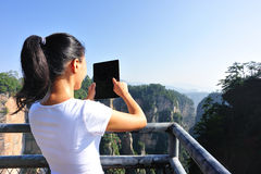 Frauenwanderer an der Bergspitze Zhangjiajie Stockfotografie