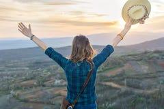 Frauenwanderer, der den Sonnenuntergang genießt lizenzfreies stockfoto
