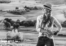 Frauenwanderer, der die Glättung in Toskana u. das Schauen in Abstand genießt Lizenzfreies Stockfoto