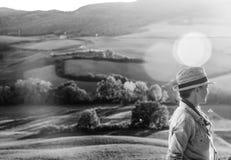 Frauenwanderer, der die Glättung in Toskana u. das Schauen in Abstand genießt Stockbild