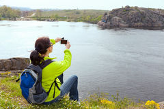 Frauenwanderer, der ein Foto macht Stockfoto